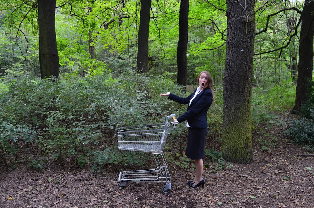Britta Pietschmann mit Einkaufswagen im Wald