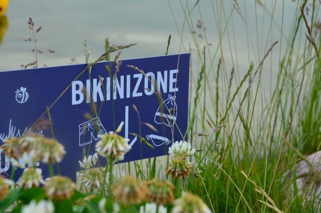 Bikinizone Schild am Wasser